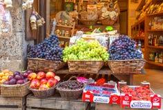 蒙特普齐亚诺,意大利- 2013年8月18日:食物失去作用用不同的成熟果子 免版税库存图片