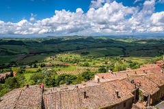 蒙特普齐亚诺, TUSCANY/ITALY - 5月17日:乡下的看法 免版税库存照片