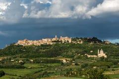 蒙特普齐亚诺, TUSCANY/ITALY - 5月19日:圣比亚焦教会和Mo 库存图片