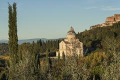 蒙特普齐亚诺- TUSCANY/ITALY, 2016年10月29日:圣比亚焦教会和蒙特普齐亚诺镇在托斯卡纳, Valdichiana 免版税库存照片