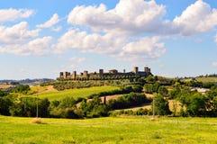 蒙特里久尼镇的看法在锡耶纳附近的一个小村庄和 免版税库存照片