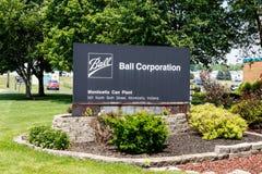 蒙蒂塞洛-大约2018年6月:Ball Corporation金属包装的分裂 球在北美提供更多饮料罐头我 免版税库存照片
