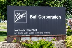 蒙蒂塞洛-大约2018年6月:Ball Corporation金属包装的分裂 球在北美II提供更多饮料罐头 免版税库存图片