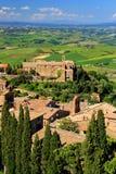 蒙达奇诺镇看法从堡垒的在Val d ` Orcia,托斯卡纳 免版税库存照片