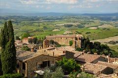 蒙达奇诺镇看法从堡垒的在Val d ` Orcia,托斯卡纳 库存照片