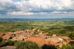 蒙达奇诺镇看法从堡垒的在Val d ` Orcia,托斯卡纳 图库摄影