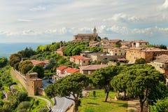 蒙达奇诺镇看法从堡垒的在Val d ` Orcia,托斯卡纳 免版税库存图片
