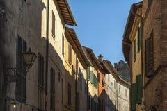 蒙达奇诺, TUSCANY/ITALY :2016年10月31日:狭窄的街道在蒙达奇诺镇, Val D ` Orcia,托斯卡纳,意大利的历史的中心 免版税库存照片
