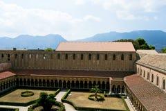 蒙雷阿莱大教堂的修道院  图库摄影