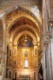 蒙雷阿莱拜占庭式的大教堂的内部在西西里岛 库存照片