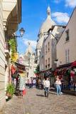 蒙马特小山购物街道在大教堂Sacre Coeur附近的 PA 免版税库存照片