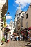 蒙马特小山购物街道在大教堂Sacre Coeur附近的 PA 图库摄影