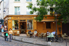 蒙马特是位于蒙马特的法国传统咖啡馆,巴黎,法国 库存图片