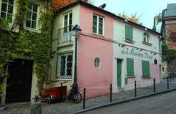 蒙马特的- La Maison罗斯历史小餐馆-桃红色议院 法国巴黎 库存照片
