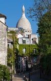 蒙马特街道和Sacre-Coeur大教堂美丽的景色在背景,法国中 免版税库存图片