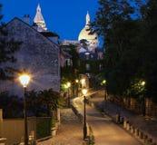 蒙马特街道美好的晚上视图和Sacre-Coeur在巴黎,法国 库存图片