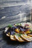 蒜味咸腊肠、切的火腿和乳酪沙拉和菜 紧压香肠和被治疗的肉在一张欢乐桌上 免版税库存照片
