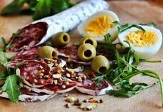 蒜味咸腊肠、橄榄和鸡蛋 免版税库存图片
