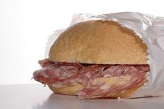蒜味咸腊肠三明治丝毫 免版税库存图片