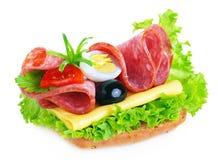 蒜味咸腊肠三明治 免版税库存照片