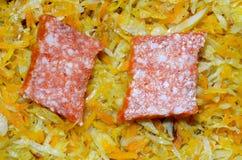 蒜味咸腊肠两个片断在被炖的圆白菜说谎用红萝卜 免版税库存照片