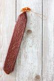 蒜味咸腊肠优质棍子与串的 库存图片