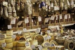 蒜味咸腊肠和乳酪商店在佛罗伦萨 免版税库存图片