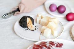 蒜味咸腊肠和乳酪,传统意大利开胃菜 复活节绘了鸡蛋,服务复活节桌早餐 图库摄影
