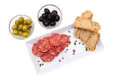 蒜味咸腊肠和橄榄开胃小菜从上面 免版税库存图片
