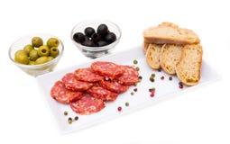 蒜味咸腊肠和橄榄开胃小菜  库存图片