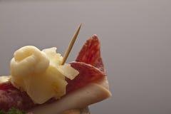 蒜味咸腊肠和火腿开胃菜 库存图片