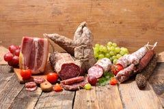 蒜味咸腊肠和烟肉 免版税库存图片
