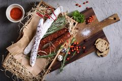 蒜味咸腊肠熏制的香肠开胃小菜成份 在a的肉制品 免版税图库摄影