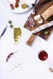 蒜味咸腊肠用面包和酒、快餐和开胃菜 顶视图,拷贝 库存图片