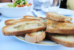蒜味面包和沙拉 库存照片