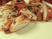 蒜味面包红润在板材 免版税库存照片