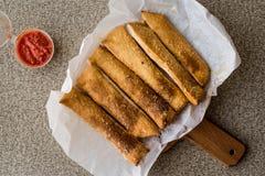 蒜味面包黏附用西红柿酱和帕尔马干酪 库存照片