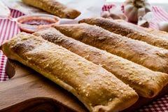 蒜味面包黏附用西红柿酱和帕尔马干酪 免版税库存照片