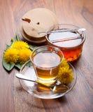 蒲公英清凉茶和蜂蜜与黄色开花在木桌上 库存照片