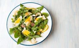 蒲公英生叶在板材的膳食沙拉 库存图片