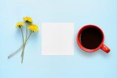 蒲公英花、白纸和咖啡杯 图库摄影