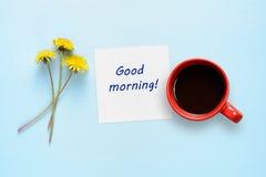 蒲公英花、纸与文本早晨好和咖啡杯 免版税库存照片
