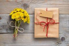 蒲公英花和礼物盒有标记的 免版税库存图片