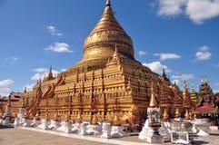 蒲甘,缅甸- 2015年11月18日:神圣的Shwezigon塔 金黄paya,在老古都的佛教寺庙在缅甸 著名 库存图片