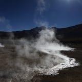 蒸与在水的太阳反射在El Tatio智利 免版税库存图片