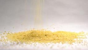 蒸丸子倾吐在慢动作的cerealon白色背景 股票视频