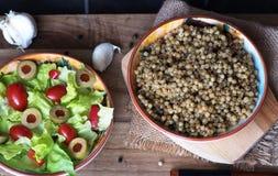 蒸丸子和莴苣沙拉、蕃茄和橄榄 图库摄影