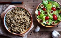 蒸丸子和莴苣沙拉、蕃茄和橄榄 免版税库存图片