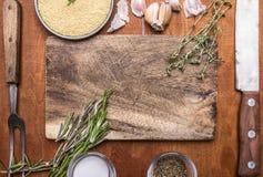 蒸丸子草本刀子肉叉子大蒜和盐调味料切板 顶视图的成份木土气背景关闭 库存图片