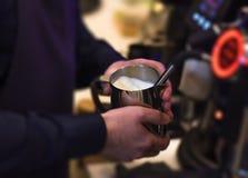 蒸做完善的牛奶barista美丽的乳脂状的牛奶 库存照片